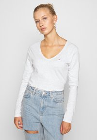 Tommy Jeans - V NECK LONGSLEEVE - T-shirt à manches longues - silver grey - 0