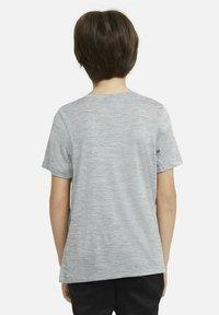 Nike Performance - Print T-shirt - smoke grey/white - 2