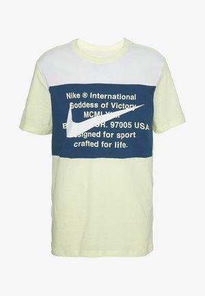 T-shirt med print - luminous green/white/blue force