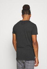 Tigha - SNAKE SKULL WREN - T-shirt print - vintage black - 2