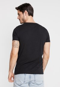 Tommy Hilfiger - LOGO TEE - T-shirt con stampa - black - 2