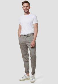 Zuitable - LEICHTE  - Trousers - braun - 1