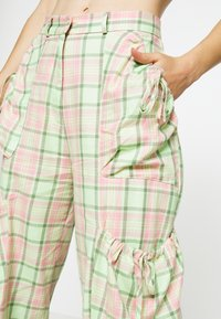 The Ragged Priest - SYMBOL PANT - Cargobukse - lime/pink - 4