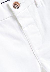 Next - Chino - white - 2