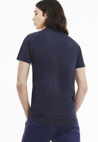 Puma - EVOSTRIPE MEN'S HOMMES - Print T-shirt - peacoat - 2