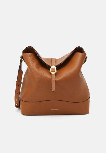 JOSEPHINE SHOULDER BAG - Bolso de mano - caramel