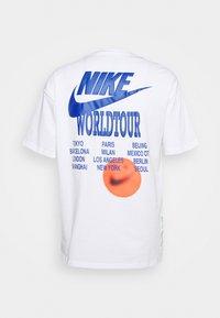 Nike Sportswear - TEE WORLD TOUR - T-shirt med print - white - 1