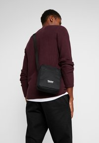 Timberland - SMALL ITEMS - Sac bandoulière - black - 1