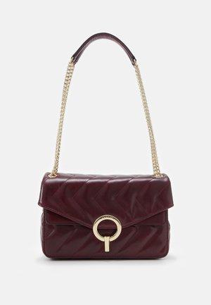 QUILTED CHAIN SHOULDER BAG - Handbag - bordeaux