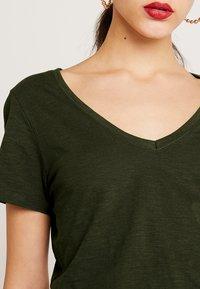Cotton On - THE DEEP  - T-shirt basic - seasonal khaki - 4