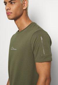 CLOSURE London - UTILITY TEE - Print T-shirt - khaki - 5