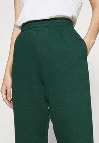 New Look - CUFFED JOGGER - Pantalon de survêtement - dark green - 4