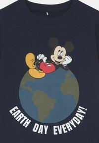 Name it - DISNEY MICKEY MOUSE NIKS - Print T-shirt - dark sapphire - 2
