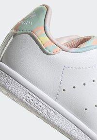 adidas Originals - STAN SMITH ORIGINALS PRIMEGREEN SHOES UNISEX - Sneakers basse - ftwr white/haze coral/ftwr white - 10