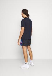Tommy Hilfiger - TRAINING BLOCKED SHORT - Krótkie spodenki sportowe - blue - 2