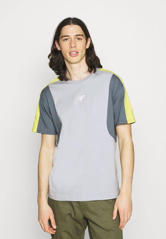 T-shirt med print - light cyclone