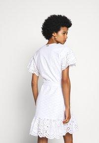 MICHAEL Michael Kors - EYELET WRAP DRESS - Sukienka letnia - white - 2