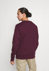 Lyle & Scott - CREW NECK  - Sweatshirt - burgundy - 2