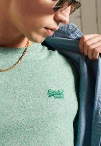Superdry - VINTAGE  - Basic T-shirt - bright green grit - 2
