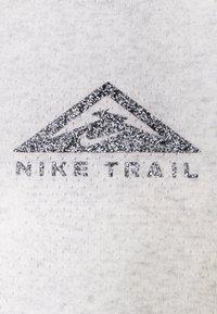 Nike Performance - CITY SLEEK TANK TRAIL - Sportshirt - light smoke grey/grey fog/heather/silver - 6