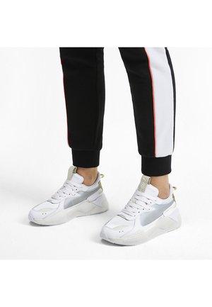 RS-X METALLIC - Stabilty running shoes - white