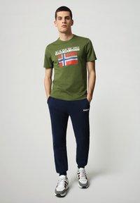Napapijri - S-SURF FLAG - Print T-shirt - green cypress - 1