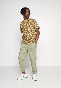Quiksilver - PACIFICCAMOSSTE - Print T-shirt - light brown/khaki - 1