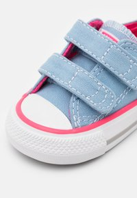 Converse - CHUCK TAYLOR ALL STAR 2V SEASONAL COLOR - Zapatillas - sea salt blue/bold pink/white - 5