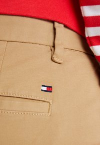 Tommy Hilfiger - HERITAGE - Pantalones chinos - classic camel - 4