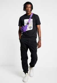 adidas Originals - BODEGA SUPER A POP ART GRAPHIC TEE - Print T-shirt - black - 1