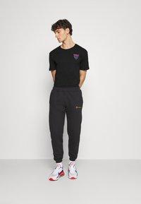 YOURTURN - UNISEX - T-shirt z nadrukiem - black - 1
