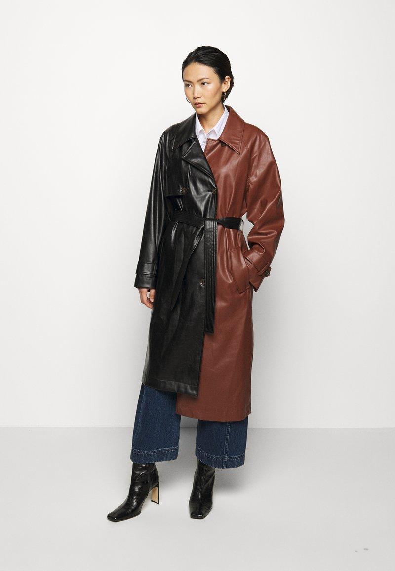 DESIGNERS REMIX - TALIA - Trenchcoat - black/brown