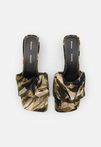 Proenza Schouler - TESS PIUME  - Pantofle na podpatku - olivo - 4