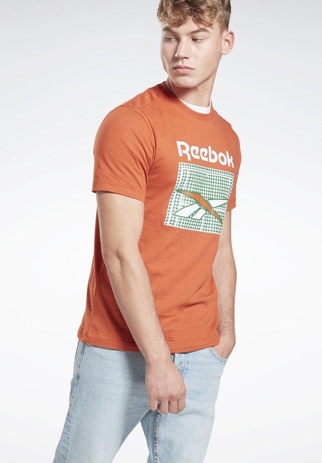 CLASSICS GRAPHIC TEE - Print T-shirt - orange