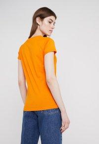 HUGO - DENNA - Triko spotiskem - bright orange - 2