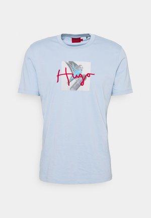 DUDGIE - Print T-shirt - pastel blue