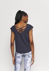Yogasearcher - UTTANA - T-shirt basic - lavastone - 2
