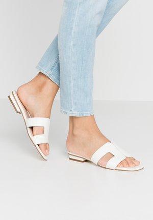 LOUPE - Sandalias planas - white