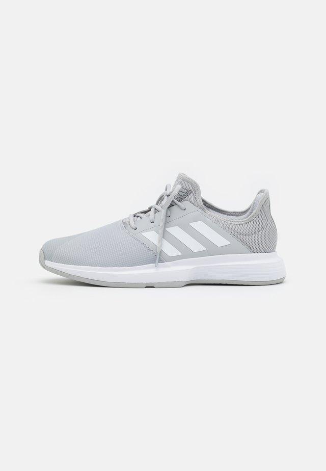 GAMECOURT  - Tennisschoenen voor alle ondergronden - grey two/footwear white/silver metallic