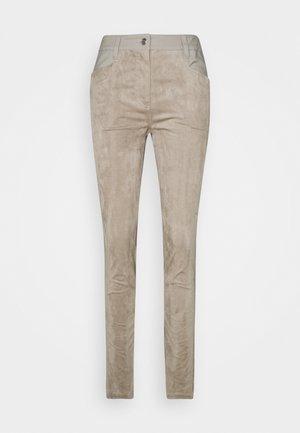 PACE PANTS - Spodnie materiałowe - hazel