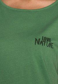 Marc O'Polo - SHORT SLEEVE - Basic T-shirt - meadow grass - 4