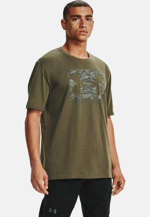 UA ABC CAMO BOXED  - Print T-shirt - victory green