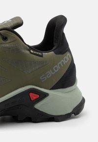 Salomon - SUPERCROSS 3 GTX - Løpesko for mark - olive night/wrought iron/black - 5