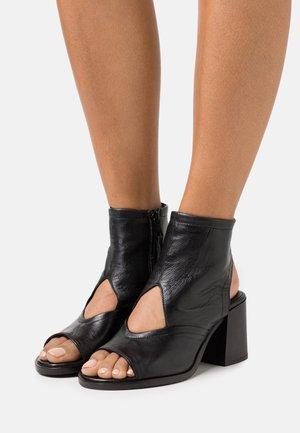 SUA - Ankle cuff sandals - nero