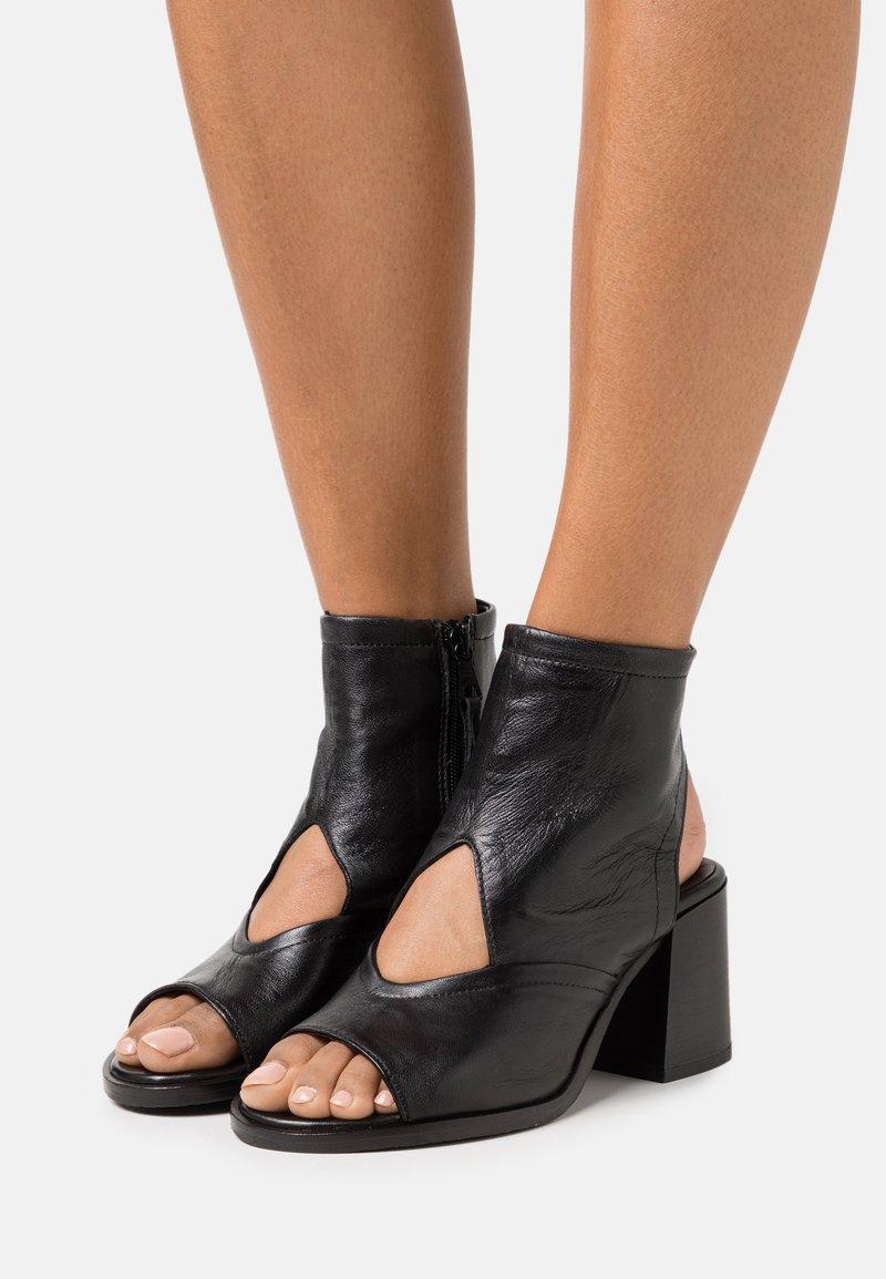 MJUS - SUA - Ankle cuff sandals - nero
