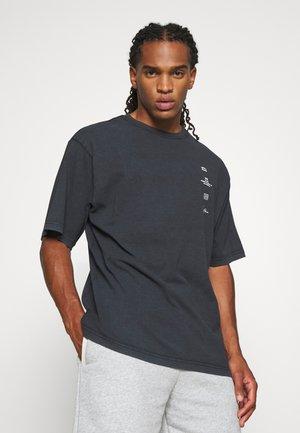 SCORPIUS - Print T-shirt - black washed