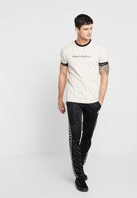 Kings Will Dream - CLIFTON - T-shirt med print - sand /white - 1