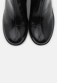Monki - VEGAN MALWINA BOOT - Kotníkové boty na platformě - black - 5