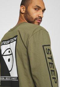 The North Face - STEEP TECH TEE UNISEX - Camiseta de manga larga - burnt olive green - 5
