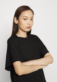 Monki - Camiseta estampada - black - 3